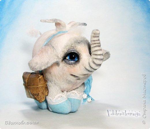 Я создала специальную волшебную коллекцию Рождественских слоников-ангелов. Эти милые и сладкие малыши,  принесут с собой настоящее счастье, которое будут охранять и оберегать от невзгод. Эти маленькие слоники настоящие волшебные ангелы с настоящими крылышками.  Глаза слоников-ангелов имеют сказочный эффект благодаря ручной росписи. Счастье хранится в волшебном свертке, который закреплен на слонике красивой шелковой лентой. Все слоники сшиты в ручную  из вискозы. Валенки сшиты из фетра. Ножки крепятся на шплинтах.Роспись и тонировка выполнены акриловыми художественными красками и пастелью. Идея Рождественских ангелов-слонят накрыла меня неожиданно и очень сильно)) И я потеряла сон на несколько дней, пока обдумывала все детали)) И спустя пару месяцев, они родились! все 5 моих ангелов! Я их очень люблю! Каждого по отдельности и всех их вместе! фото 2