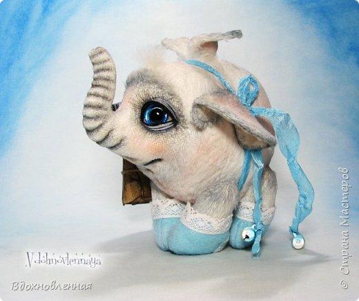 Я создала специальную волшебную коллекцию Рождественских слоников-ангелов. Эти милые и сладкие малыши,  принесут с собой настоящее счастье, которое будут охранять и оберегать от невзгод. Эти маленькие слоники настоящие волшебные ангелы с настоящими крылышками.  Глаза слоников-ангелов имеют сказочный эффект благодаря ручной росписи. Счастье хранится в волшебном свертке, который закреплен на слонике красивой шелковой лентой. Все слоники сшиты в ручную  из вискозы. Валенки сшиты из фетра. Ножки крепятся на шплинтах.Роспись и тонировка выполнены акриловыми художественными красками и пастелью. Идея Рождественских ангелов-слонят накрыла меня неожиданно и очень сильно)) И я потеряла сон на несколько дней, пока обдумывала все детали)) И спустя пару месяцев, они родились! все 5 моих ангелов! Я их очень люблю! Каждого по отдельности и всех их вместе! фото 3