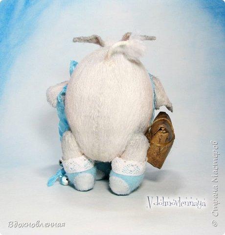 Я создала специальную волшебную коллекцию Рождественских слоников-ангелов. Эти милые и сладкие малыши,  принесут с собой настоящее счастье, которое будут охранять и оберегать от невзгод. Эти маленькие слоники настоящие волшебные ангелы с настоящими крылышками.  Глаза слоников-ангелов имеют сказочный эффект благодаря ручной росписи. Счастье хранится в волшебном свертке, который закреплен на слонике красивой шелковой лентой. Все слоники сшиты в ручную  из вискозы. Валенки сшиты из фетра. Ножки крепятся на шплинтах.Роспись и тонировка выполнены акриловыми художественными красками и пастелью. Идея Рождественских ангелов-слонят накрыла меня неожиданно и очень сильно)) И я потеряла сон на несколько дней, пока обдумывала все детали)) И спустя пару месяцев, они родились! все 5 моих ангелов! Я их очень люблю! Каждого по отдельности и всех их вместе! фото 5
