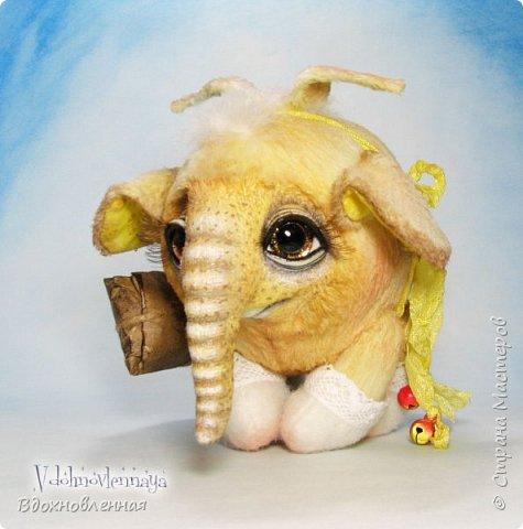 Я создала специальную волшебную коллекцию Рождественских слоников-ангелов. Эти милые и сладкие малыши,  принесут с собой настоящее счастье, которое будут охранять и оберегать от невзгод. Эти маленькие слоники настоящие волшебные ангелы с настоящими крылышками.  Глаза слоников-ангелов имеют сказочный эффект благодаря ручной росписи. Счастье хранится в волшебном свертке, который закреплен на слонике красивой шелковой лентой. Все слоники сшиты в ручную  из вискозы. Валенки сшиты из фетра. Ножки крепятся на шплинтах.Роспись и тонировка выполнены акриловыми художественными красками и пастелью. Идея Рождественских ангелов-слонят накрыла меня неожиданно и очень сильно)) И я потеряла сон на несколько дней, пока обдумывала все детали)) И спустя пару месяцев, они родились! все 5 моих ангелов! Я их очень люблю! Каждого по отдельности и всех их вместе! фото 46