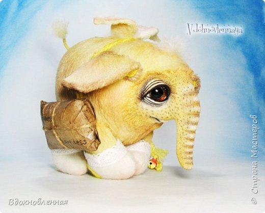 Я создала специальную волшебную коллекцию Рождественских слоников-ангелов. Эти милые и сладкие малыши,  принесут с собой настоящее счастье, которое будут охранять и оберегать от невзгод. Эти маленькие слоники настоящие волшебные ангелы с настоящими крылышками.  Глаза слоников-ангелов имеют сказочный эффект благодаря ручной росписи. Счастье хранится в волшебном свертке, который закреплен на слонике красивой шелковой лентой. Все слоники сшиты в ручную  из вискозы. Валенки сшиты из фетра. Ножки крепятся на шплинтах.Роспись и тонировка выполнены акриловыми художественными красками и пастелью. Идея Рождественских ангелов-слонят накрыла меня неожиданно и очень сильно)) И я потеряла сон на несколько дней, пока обдумывала все детали)) И спустя пару месяцев, они родились! все 5 моих ангелов! Я их очень люблю! Каждого по отдельности и всех их вместе! фото 47