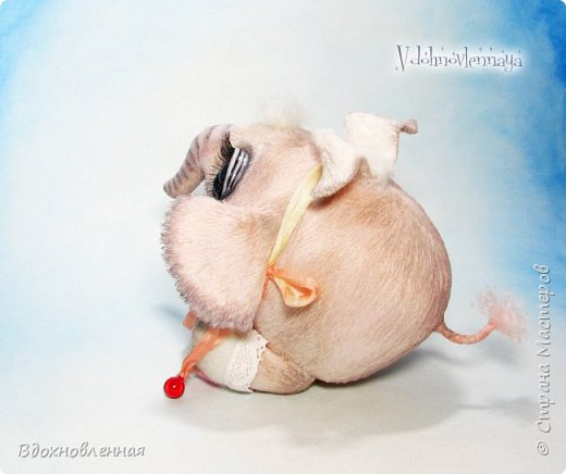 Я создала специальную волшебную коллекцию Рождественских слоников-ангелов. Эти милые и сладкие малыши,  принесут с собой настоящее счастье, которое будут охранять и оберегать от невзгод. Эти маленькие слоники настоящие волшебные ангелы с настоящими крылышками.  Глаза слоников-ангелов имеют сказочный эффект благодаря ручной росписи. Счастье хранится в волшебном свертке, который закреплен на слонике красивой шелковой лентой. Все слоники сшиты в ручную  из вискозы. Валенки сшиты из фетра. Ножки крепятся на шплинтах.Роспись и тонировка выполнены акриловыми художественными красками и пастелью. Идея Рождественских ангелов-слонят накрыла меня неожиданно и очень сильно)) И я потеряла сон на несколько дней, пока обдумывала все детали)) И спустя пару месяцев, они родились! все 5 моих ангелов! Я их очень люблю! Каждого по отдельности и всех их вместе! фото 27