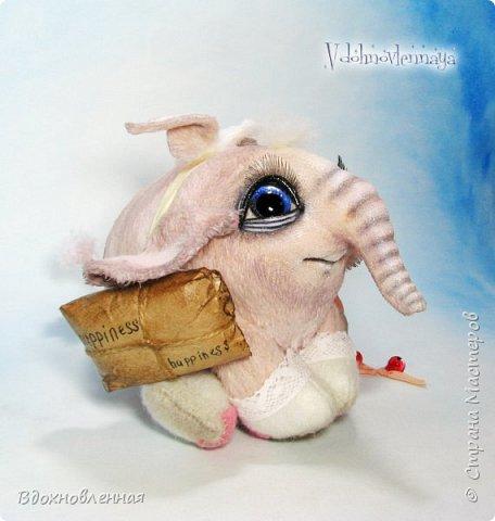 Я создала специальную волшебную коллекцию Рождественских слоников-ангелов. Эти милые и сладкие малыши,  принесут с собой настоящее счастье, которое будут охранять и оберегать от невзгод. Эти маленькие слоники настоящие волшебные ангелы с настоящими крылышками.  Глаза слоников-ангелов имеют сказочный эффект благодаря ручной росписи. Счастье хранится в волшебном свертке, который закреплен на слонике красивой шелковой лентой. Все слоники сшиты в ручную  из вискозы. Валенки сшиты из фетра. Ножки крепятся на шплинтах.Роспись и тонировка выполнены акриловыми художественными красками и пастелью. Идея Рождественских ангелов-слонят накрыла меня неожиданно и очень сильно)) И я потеряла сон на несколько дней, пока обдумывала все детали)) И спустя пару месяцев, они родились! все 5 моих ангелов! Я их очень люблю! Каждого по отдельности и всех их вместе! фото 28