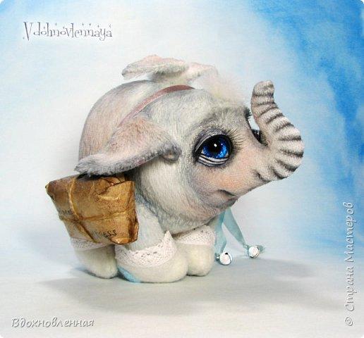 Я создала специальную волшебную коллекцию Рождественских слоников-ангелов. Эти милые и сладкие малыши,  принесут с собой настоящее счастье, которое будут охранять и оберегать от невзгод. Эти маленькие слоники настоящие волшебные ангелы с настоящими крылышками.  Глаза слоников-ангелов имеют сказочный эффект благодаря ручной росписи. Счастье хранится в волшебном свертке, который закреплен на слонике красивой шелковой лентой. Все слоники сшиты в ручную  из вискозы. Валенки сшиты из фетра. Ножки крепятся на шплинтах.Роспись и тонировка выполнены акриловыми художественными красками и пастелью. Идея Рождественских ангелов-слонят накрыла меня неожиданно и очень сильно)) И я потеряла сон на несколько дней, пока обдумывала все детали)) И спустя пару месяцев, они родились! все 5 моих ангелов! Я их очень люблю! Каждого по отдельности и всех их вместе! фото 29