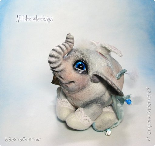 Я создала специальную волшебную коллекцию Рождественских слоников-ангелов. Эти милые и сладкие малыши,  принесут с собой настоящее счастье, которое будут охранять и оберегать от невзгод. Эти маленькие слоники настоящие волшебные ангелы с настоящими крылышками.  Глаза слоников-ангелов имеют сказочный эффект благодаря ручной росписи. Счастье хранится в волшебном свертке, который закреплен на слонике красивой шелковой лентой. Все слоники сшиты в ручную  из вискозы. Валенки сшиты из фетра. Ножки крепятся на шплинтах.Роспись и тонировка выполнены акриловыми художественными красками и пастелью. Идея Рождественских ангелов-слонят накрыла меня неожиданно и очень сильно)) И я потеряла сон на несколько дней, пока обдумывала все детали)) И спустя пару месяцев, они родились! все 5 моих ангелов! Я их очень люблю! Каждого по отдельности и всех их вместе! фото 33