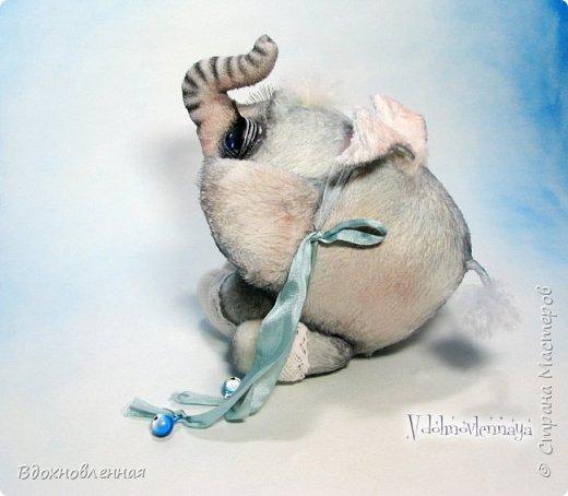 Я создала специальную волшебную коллекцию Рождественских слоников-ангелов. Эти милые и сладкие малыши,  принесут с собой настоящее счастье, которое будут охранять и оберегать от невзгод. Эти маленькие слоники настоящие волшебные ангелы с настоящими крылышками.  Глаза слоников-ангелов имеют сказочный эффект благодаря ручной росписи. Счастье хранится в волшебном свертке, который закреплен на слонике красивой шелковой лентой. Все слоники сшиты в ручную  из вискозы. Валенки сшиты из фетра. Ножки крепятся на шплинтах.Роспись и тонировка выполнены акриловыми художественными красками и пастелью. Идея Рождественских ангелов-слонят накрыла меня неожиданно и очень сильно)) И я потеряла сон на несколько дней, пока обдумывала все детали)) И спустя пару месяцев, они родились! все 5 моих ангелов! Я их очень люблю! Каждого по отдельности и всех их вместе! фото 34