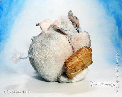 Я создала специальную волшебную коллекцию Рождественских слоников-ангелов. Эти милые и сладкие малыши,  принесут с собой настоящее счастье, которое будут охранять и оберегать от невзгод. Эти маленькие слоники настоящие волшебные ангелы с настоящими крылышками.  Глаза слоников-ангелов имеют сказочный эффект благодаря ручной росписи. Счастье хранится в волшебном свертке, который закреплен на слонике красивой шелковой лентой. Все слоники сшиты в ручную  из вискозы. Валенки сшиты из фетра. Ножки крепятся на шплинтах.Роспись и тонировка выполнены акриловыми художественными красками и пастелью. Идея Рождественских ангелов-слонят накрыла меня неожиданно и очень сильно)) И я потеряла сон на несколько дней, пока обдумывала все детали)) И спустя пару месяцев, они родились! все 5 моих ангелов! Я их очень люблю! Каждого по отдельности и всех их вместе! фото 36