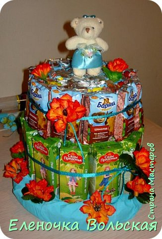 Вот такой тортик мы отнесли сегодня в детский сад. Сделан он из соков и Барни :) всё по 30 шт., украшен искусственными цветами и мягкой игрушкой-мишкой. фото 1