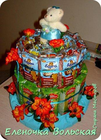 Вот такой тортик мы отнесли сегодня в детский сад. Сделан он из соков и Барни :) всё по 30 шт., украшен искусственными цветами и мягкой игрушкой-мишкой. фото 2
