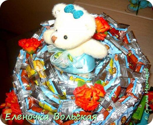 Вот такой тортик мы отнесли сегодня в детский сад. Сделан он из соков и Барни :) всё по 30 шт., украшен искусственными цветами и мягкой игрушкой-мишкой. фото 3
