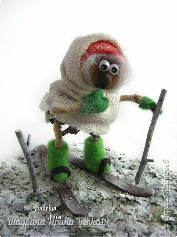 """Здравствуйте, дорогие друзья!! Нашей Бабуленьке, нашей Ягуленьке Дед Мороз тоже под ёлочку принес подарочки!!! Для нее это полная неожиданность!! Гуляла, гуляла на лыжах, потом смотрит, а под ёлочкой подарочки и подписано """"Бабе Яге""""! Значит весь год Ягуля себя хорошо вела и заслужила подарочки от Деда Мороза)) Исправляется наша Яга!! На улице морозец и Ягуля оделась в тёплую одёжку: два платочка повязала, варежки и валеночки Ёлочка стоит неказистенькая, но украшена новогодними шариками и радостно, что лежат подарочки) Вся композиция выполнена практически из природных материалов:шишка сосны, грецкий орех, натуральный мох, веточки) Эта прошлогодняя композиция немного переделанная и плюс сняла видео о ней) Валеночки сваляны вручную(сделала их немного драненькие, ведь она Яга), варежки из фетра)  Подробнее Бабулю Ягулю  и ее подарочек можно рассмотреть на ВИДЕО в конце поста) Предновогоднего всем настроения!!!!:-)"""