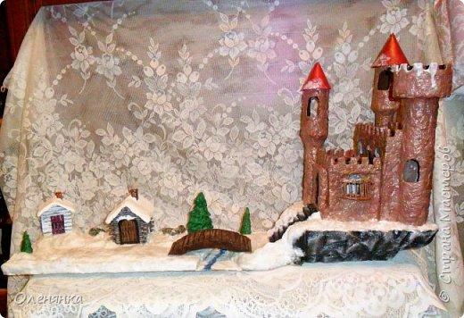 всем привет ! сегодня и я наконец то с новгодней работой , а то все цветочки-открыточки .представляю вам  замок . стоит он на   отвесной скалой  обдуваемый холодными , зимними ветрами . может живет там прекрасная  Царевна  , а может злой колдун . фото 2