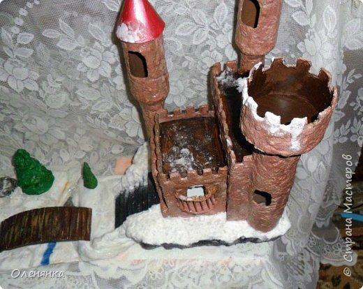 всем привет ! сегодня и я наконец то с новгодней работой , а то все цветочки-открыточки .представляю вам  замок . стоит он на   отвесной скалой  обдуваемый холодными , зимними ветрами . может живет там прекрасная  Царевна  , а может злой колдун . фото 4
