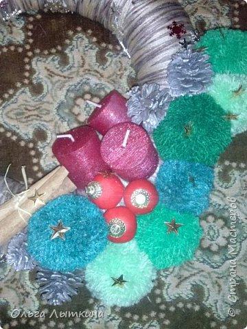 Рождество - время чудес.Давайте создавать чудеса своими руками! Для изготовления венка необходим час свободного времени, фантазия, подручные материалы, остатки от предыдущих творческих работ. фото 5