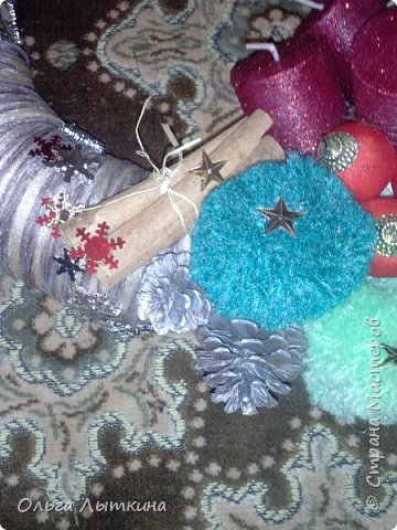 Рождество - время чудес.Давайте создавать чудеса своими руками! Для изготовления венка необходим час свободного времени, фантазия, подручные материалы, остатки от предыдущих творческих работ. фото 6