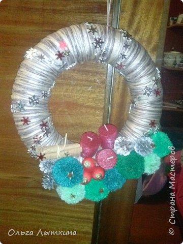 Рождество - время чудес.Давайте создавать чудеса своими руками! Для изготовления венка необходим час свободного времени, фантазия, подручные материалы, остатки от предыдущих творческих работ. фото 1
