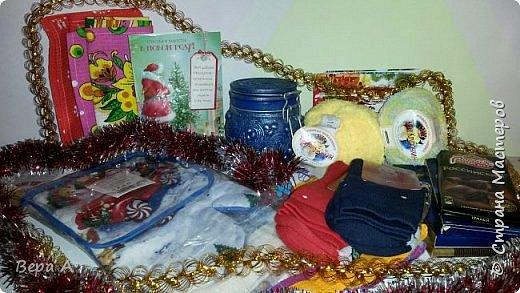 """Доброго времени суток, жители """"Страны Мастеров"""" и участницы игры  (http://stranamasterov.ru/node/1052230?c=favorite), которую организовала для нас Елена-Сокол.  Меня зовут Вера. Я очень благодарна организатору за доверие собирать,отслеживать и делиться с вами фото-радостью участниц от обмена.  Фото и слова благодарности за обмен и подарки участницы присылают мне на почту, а я буду постепенно дополнять этот пост всё новыми и новыми """"хвастиками"""", что бы вы не пропустили ничего. По-возможности я буду делать коллажи из фотографий участниц. Если это будет для вас не очень удобно, не видно, то напишите, пожалуйста в комментариях и я всё исправлю.   Дорогие участницы. Огромная просьба-при своих хвастиках-не жалейте слов благодарности для своих дарительниц. Это так приятно, когда твои старания оценивают чуть больше, чем парой слов)))      Итак-приступим! По условиям игры-обмена нам было предложено обменяться:  1.СИМВОЛ ГОДА (Петушок)-любая техника...(Шитье,декупаж,лепка,и т. д....)  2.ШКАТУЛОЧКА или коробочек сладостей Или любой другой ваш вариант(главное вы должны сделать сами )И наполнить его сладкими подарками.  3.ЁЛОЧКА ИЛИ ИГРУШКА обязательно упакованная красиво!  (рукодельная на Новогоднюю тему)  4.Материалы для рукоделия(по желанию)  И ещё то,кто сам что то захочет положить и порадовать одариваемого.    Первая участница, приславшая слова благодарности за сюрприз- Ленусик83. Если вы хотите посмотреть на подарочки Лены подробнее, что вот ссылка http://stranamasterov.ru/node/1062246    А посылочку я получила от замечательной мастерицы Елена_Кибич http://stranamasterov.ru/user/249499 но посылочка пришла ни как обычно по почте, а """"своими ногами"""" вместе с самой Леночкой! Как оказалось мы из одного города) и было очень приятно увидеть и пообщаться с жительницей Страны Мастеров. пообещав открыть саму посылочку вечером вместе с дочкой (что я благополучно и сделала) мы расстались. А посылочка, точнее посылище! оказалось наполнено любовью и мастерством! Как оказалось в новогодн"""