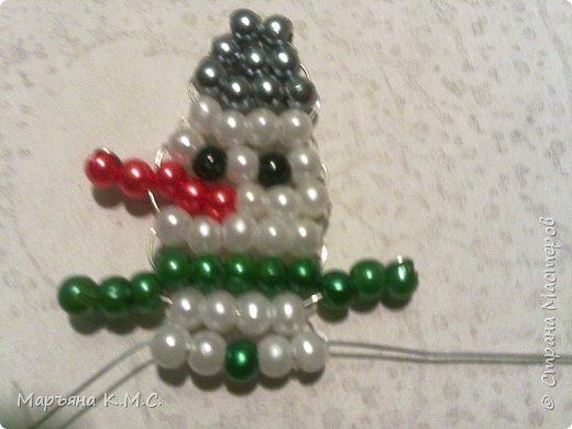 Снеговик в технике параллельного плетения. Очень простенький плоский снеговик. Делается очень быстро. Использованы маленькие круглые бусинки, размер - 2 мм. Можно вешать на елочку или  использовать, как декор. Размер снеговичка - 5 см. фото 16