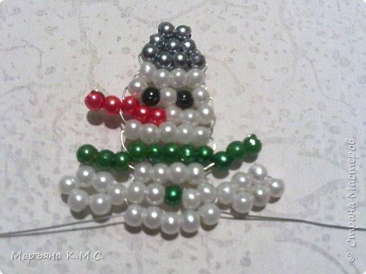Снеговик в технике параллельного плетения. Очень простенький плоский снеговик. Делается очень быстро. Использованы маленькие круглые бусинки, размер - 2 мм. Можно вешать на елочку или  использовать, как декор. Размер снеговичка - 5 см. фото 19