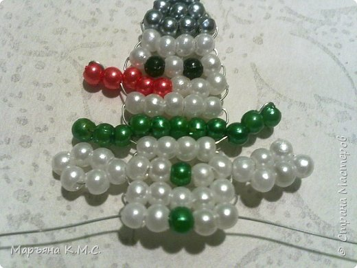 Снеговик в технике параллельного плетения. Очень простенький плоский снеговик. Делается очень быстро. Использованы маленькие круглые бусинки, размер - 2 мм. Можно вешать на елочку или  использовать, как декор. Размер снеговичка - 5 см. фото 20
