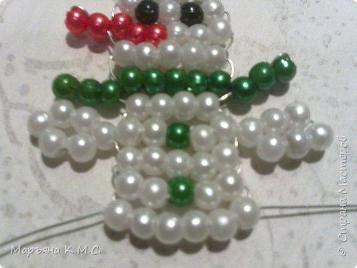 Снеговик в технике параллельного плетения. Очень простенький плоский снеговик. Делается очень быстро. Использованы маленькие круглые бусинки, размер - 2 мм. Можно вешать на елочку или  использовать, как декор. Размер снеговичка - 5 см. фото 21