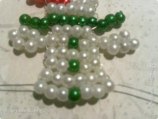 Снеговик в технике параллельного плетения. Очень простенький плоский снеговик. Делается очень быстро. Использованы маленькие круглые бусинки, размер - 2 мм. Можно вешать на елочку или  использовать, как декор. Размер снеговичка - 5 см. фото 22
