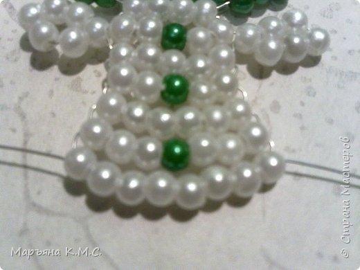 Снеговик в технике параллельного плетения. Очень простенький плоский снеговик. Делается очень быстро. Использованы маленькие круглые бусинки, размер - 2 мм. Можно вешать на елочку или  использовать, как декор. Размер снеговичка - 5 см. фото 23