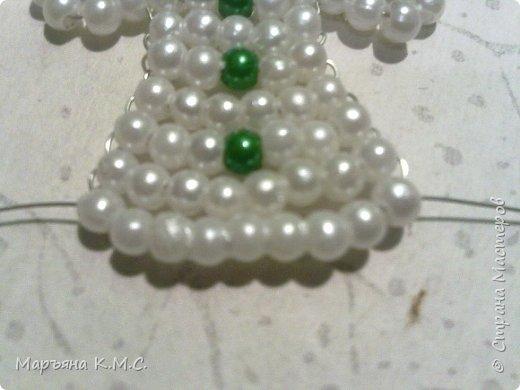 Снеговик в технике параллельного плетения. Очень простенький плоский снеговик. Делается очень быстро. Использованы маленькие круглые бусинки, размер - 2 мм. Можно вешать на елочку или  использовать, как декор. Размер снеговичка - 5 см. фото 24