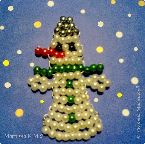 Снеговик в технике параллельного плетения. Очень простенький плоский снеговик. Делается очень быстро. Использованы маленькие круглые бусинки, размер - 2 мм. Можно вешать на елочку или  использовать, как декор. Размер снеговичка - 5 см. фото 25