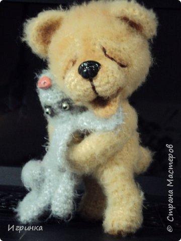 Здравствуйте ! На одном из рукодельных сайтов выиграла (о счастье - первый раз в жизни что-то выиграла) МК Veneficca Любоффь. Сама очарована этим довольным, влюбленным мишуткой! Правда зайчишка от такой сильной любви задыхается в лапах влюбленного медведя (ну не рассчитал немного мишка, уж слишком сильны его чувства). фото 2