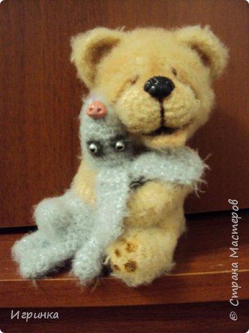 Здравствуйте ! На одном из рукодельных сайтов выиграла (о счастье - первый раз в жизни что-то выиграла) МК Veneficca Любоффь. Сама очарована этим довольным, влюбленным мишуткой! Правда зайчишка от такой сильной любви задыхается в лапах влюбленного медведя (ну не рассчитал немного мишка, уж слишком сильны его чувства). фото 1