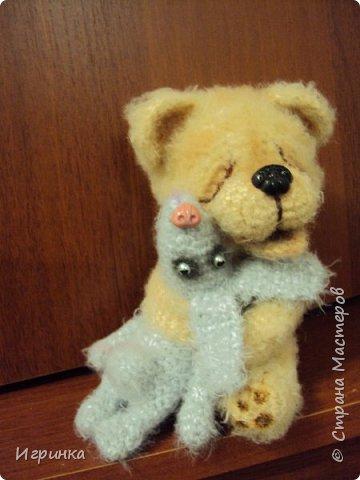 Здравствуйте ! На одном из рукодельных сайтов выиграла (о счастье - первый раз в жизни что-то выиграла) МК Veneficca Любоффь. Сама очарована этим довольным, влюбленным мишуткой! Правда зайчишка от такой сильной любви задыхается в лапах влюбленного медведя (ну не рассчитал немного мишка, уж слишком сильны его чувства). фото 3