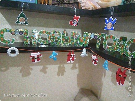 Всем приветик! С началом декабря мы поведём обратный отсчёт до Нового года. И поможёт нам в этом такой календарь! Время ожидания Нового года с календарём уже стало традицией в нашей семье. В предыдущие года мы чекрыжили бороду Деда Мороза, отрезая каждый день по полосочке, а в этом году я решила сделать календарь в виде такой вот зимней деревни.  фото 16