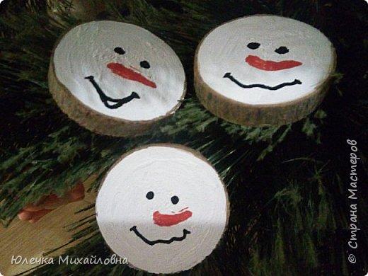 Всем приветик! С началом декабря мы поведём обратный отсчёт до Нового года. И поможёт нам в этом такой календарь! Время ожидания Нового года с календарём уже стало традицией в нашей семье. В предыдущие года мы чекрыжили бороду Деда Мороза, отрезая каждый день по полосочке, а в этом году я решила сделать календарь в виде такой вот зимней деревни.  фото 26