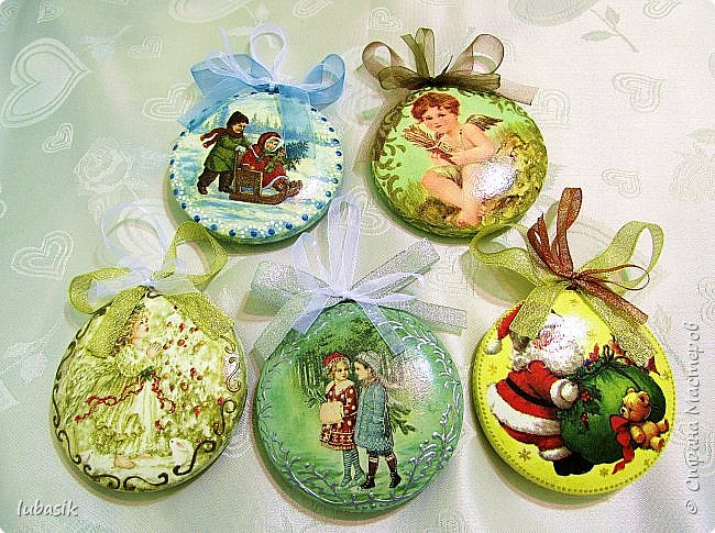 Сегодня у меня игрушки на ёлку. Очень понравилось декорировать эти медальоны - они плоские и удобно клеить салфетки и расписывать. фото 1