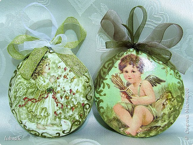 Сегодня у меня игрушки на ёлку. Очень понравилось декорировать эти медальоны - они плоские и удобно клеить салфетки и расписывать. фото 2