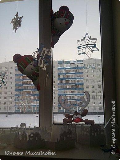 Всем приветик! С началом декабря мы поведём обратный отсчёт до Нового года. И поможёт нам в этом такой календарь! Время ожидания Нового года с календарём уже стало традицией в нашей семье. В предыдущие года мы чекрыжили бороду Деда Мороза, отрезая каждый день по полосочке, а в этом году я решила сделать календарь в виде такой вот зимней деревни.  фото 27