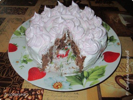Здравствуйте дорогие мастера и мастерицы. Сегодня нашей дочке 7 месяцев и по этому случаю я испекла тортик. Бисквит шахматный и белковый крем, торт украшен глазурью и свежими ягодами.  фото 15