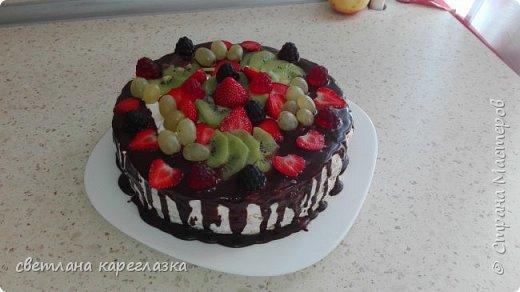 Это тортик на день рождение моей доченьки. Внутри шоколад на кипятке и сливочно-творожный мусс с вишней.  фото 9