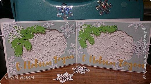 Представляю Вашему вниманию дуэт открыток к Новому году.  За окном у нас в Оренбурге уже неделю снежно.. и это навеяло на меня... снежное вдохновение! Сделала две открыточки, с первого взгляда одинаковые, НО, как в природе нет одинаковых снежинок, так и я, решила сделать две открытки... с снежным вихрем в котором снежинки разные! фото 6