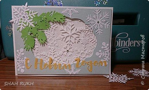 Представляю Вашему вниманию дуэт открыток к Новому году.  За окном у нас в Оренбурге уже неделю снежно.. и это навеяло на меня... снежное вдохновение! Сделала две открыточки, с первого взгляда одинаковые, НО, как в природе нет одинаковых снежинок, так и я, решила сделать две открытки... с снежным вихрем в котором снежинки разные! фото 2