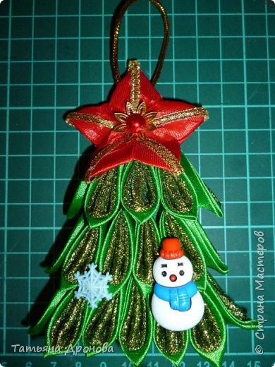 Всем здравствуйте)))Пришло время наряжать елку.Разнообразить новогодние игрушки решила вот такими подвесками ёлочками.Они двусторонние.В инете не встречала подобного мастер-класса и я решилась. Возможно кому-то пригодится. фото 36