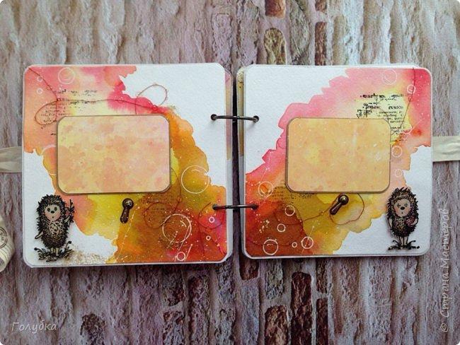 """Эти выходные я провела в студии Шебби-Шик с Ией! Под ее руководством мы окунулись в краски:) Учились рисовать пятна:) , которые потом превращались в фон страничек альбома. Альбом """"Ежик в тумане"""" Туман у всех получился необычный:) . У кого-то ежик с медвежонком бродили в ягодном тумане, а у меня в фантастическом с пузырями :)))  Все осилили программу , которую заявил мастер:)  На второй день мы делали холсты. Опять краски, трафареты, пасты многослойность, акценты... Полное удовольствие от процесса и результата! Хочу отметить, что Ию можно слушать долго, она рассказывает и показывает, как бы смакуя процесс, давая понять, что это удовольствие ! А наборы для каждого, как вкусно собраны ею! Комплект дает возможность не только повторить работу мастера, но и проявить фантазию! На фото мой холст, автограф Ии на ее статье в журнале Скрап - информация 3,2016 год и ее комплимент - милейшая  открыточка:) фото 7"""