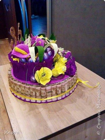Тортик на др, сделан на заказ. В нем 9000 рублей и кг конфет. фото 4