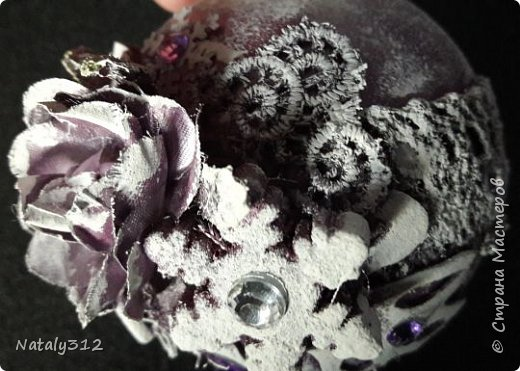 Оформила конфетницу для принцессы. К моему величайшему сожалению, цвет кареты камера передать никак не захотела. На самом деле цвет переливается сине-фиолетовыми оттенками. фото 9
