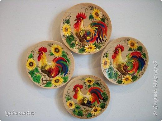 С наступающим Новым годом дорогие мастера!!!!!!!!! Мои петушки изображены  на деревянных блюдечках диаметром 8 см. Краски - акрил, гуашь. акварель. фото 3