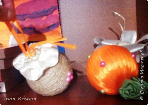 Новогодний шар. Используем шерстяные нитки,шпагат или др. материал, пенопластовый шар, ленты,кружева, полубусины, 2 булавки. фото 11