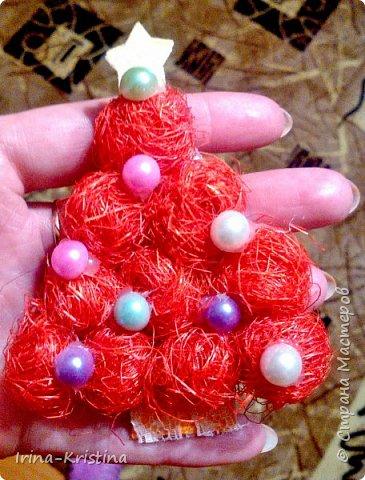 Конус картонный, сизалевые шарики, украшение-шары( пластилин шариковый). Верхушка-ангел. Низ-стаканчик пластиковый, залитый гипсом,украшен синтепоном. фото 6