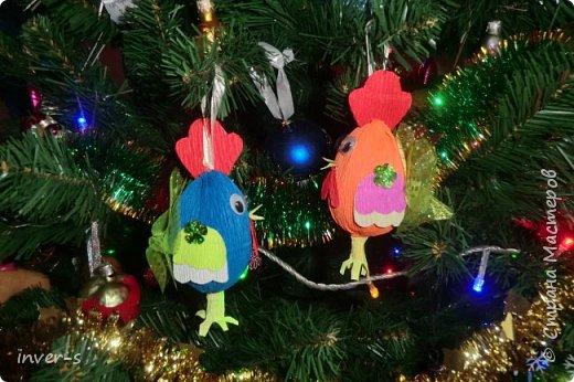 """Решила на Новый год порадовать и немного удивить своих детей - из киндер сюрпризов сделала вот таких петушков, которых они с удовольствием нашли на ёлке.Таким образом совместила небольшой сладкий сюрприз с игрушкой). Оформляется такой """"подарочек"""" примерно минут за 15-20. Больших усилий и затрат не требует, а нужно только свободное время и фантазия,ну, и необходимый материал для работы. фото 4"""