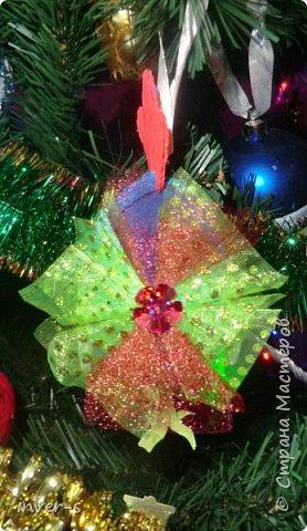 """Решила на Новый год порадовать и немного удивить своих детей - из киндер сюрпризов сделала вот таких петушков, которых они с удовольствием нашли на ёлке.Таким образом совместила небольшой сладкий сюрприз с игрушкой). Оформляется такой """"подарочек"""" примерно минут за 15-20. Больших усилий и затрат не требует, а нужно только свободное время и фантазия,ну, и необходимый материал для работы. фото 6"""
